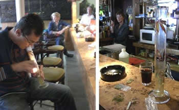 写真。>エンシェデのコーヒーショップに無造作に置かれた大麻入りの袋と水たばこの器具(右)。カウンターでは、男性客が大麻を吸っていた(左)